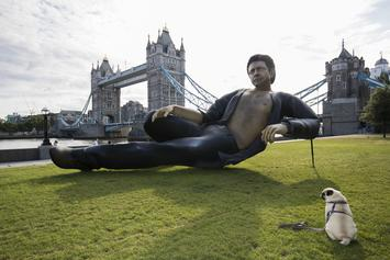"Ridiculously Large (& Sexy) Jeff Goldblum Statue Made For ""Jurassic Park"" Anniversary"